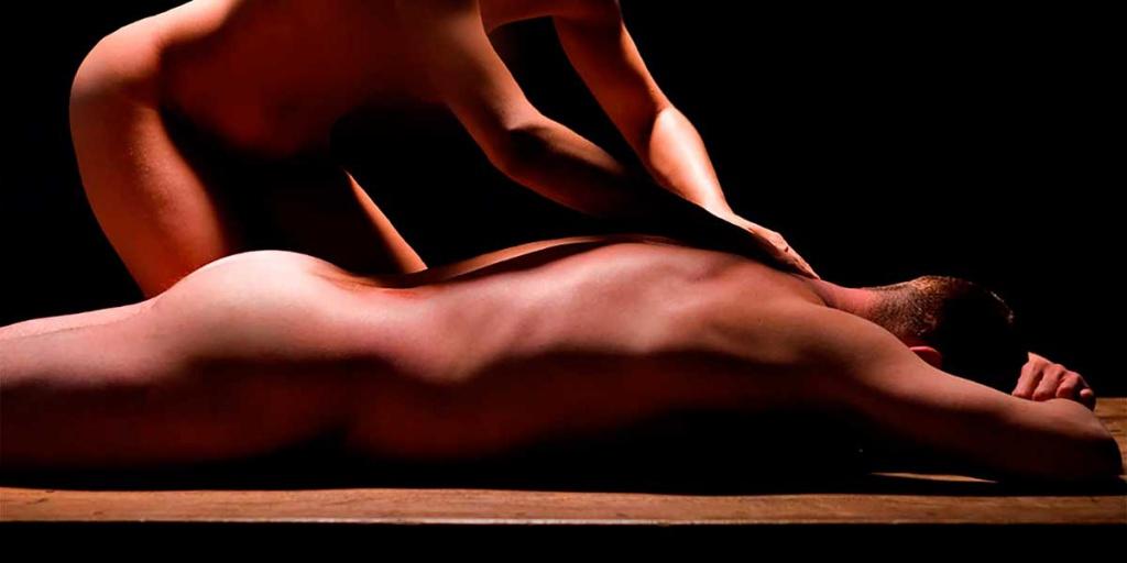 накаченному мужику делает массаж красивая трудом скрыла